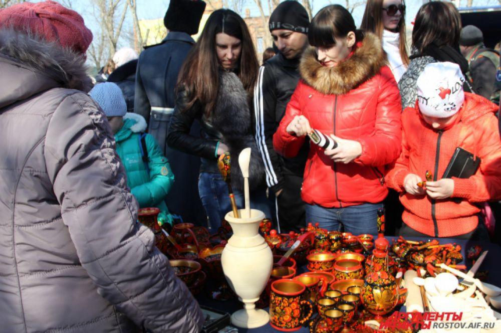 Город-мастеров предлагает различные сувениры, которые можно использовать по прямому назначению.