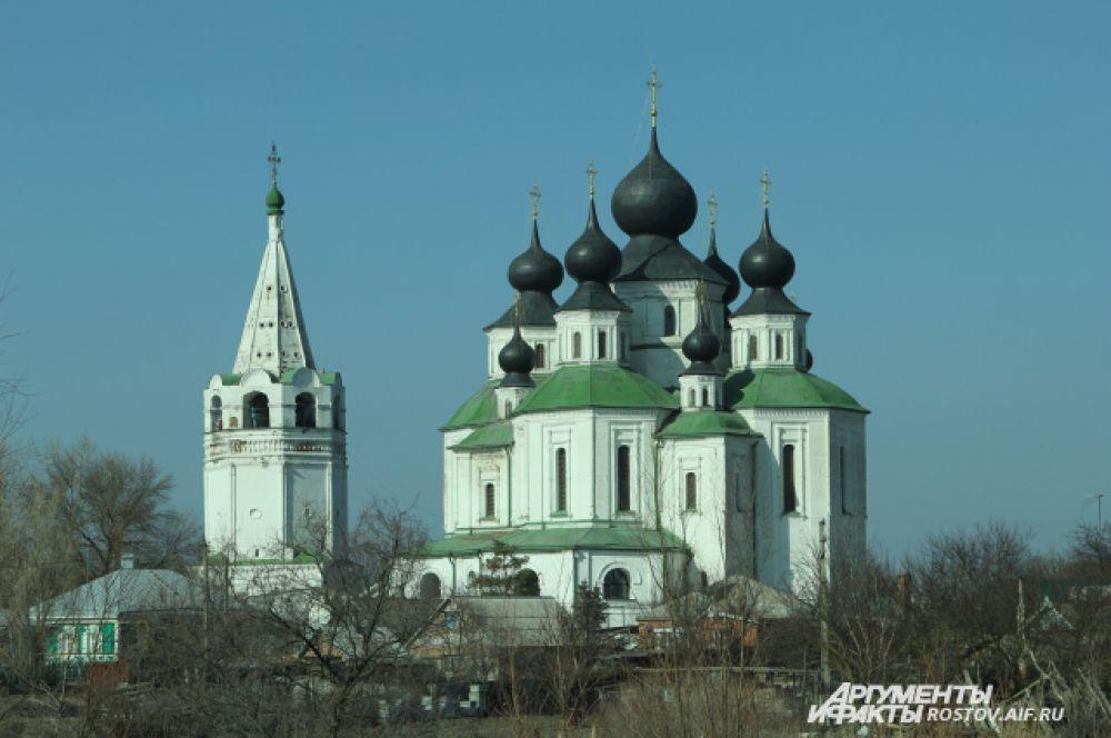 Войсковой Воскресенский собор - главная архитектурная достопримечательность Старочеркасска. Это первый на Дону каменный собор. Он строился с 1706 по 1719 год.