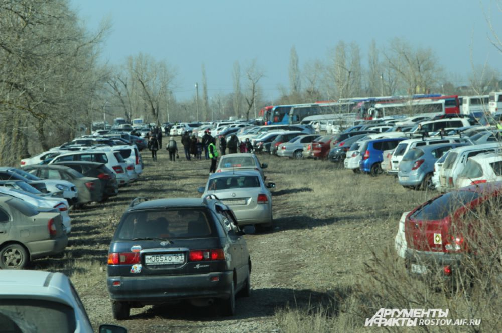 На въезд в Старочеркасскую выстроилась многокилометровая очередь из автомобилей. Стихийные парковки из сотен автомобилей можно было увидеть на всей примыкающей территории музея-заповедника.