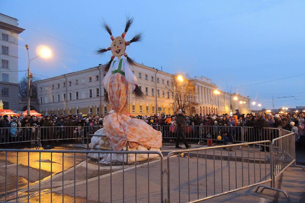 Вся площадь с нетерпением ждала, когда загорится Масленица.