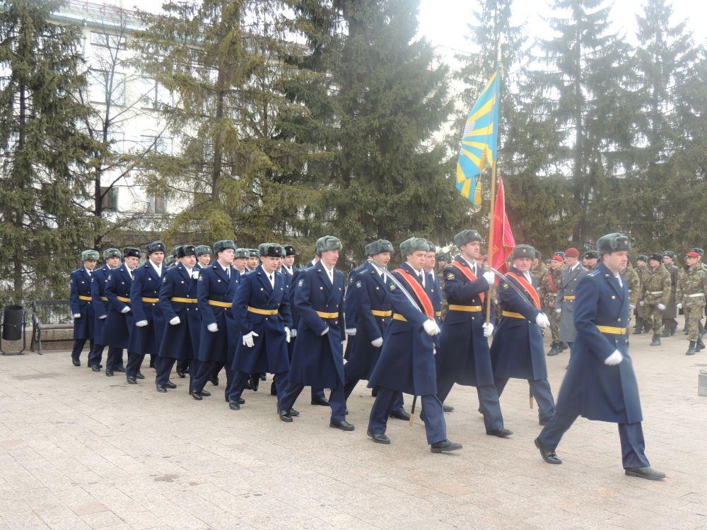 В параде участвовали представители всех военных вузов города, силовых структур, ветераны.