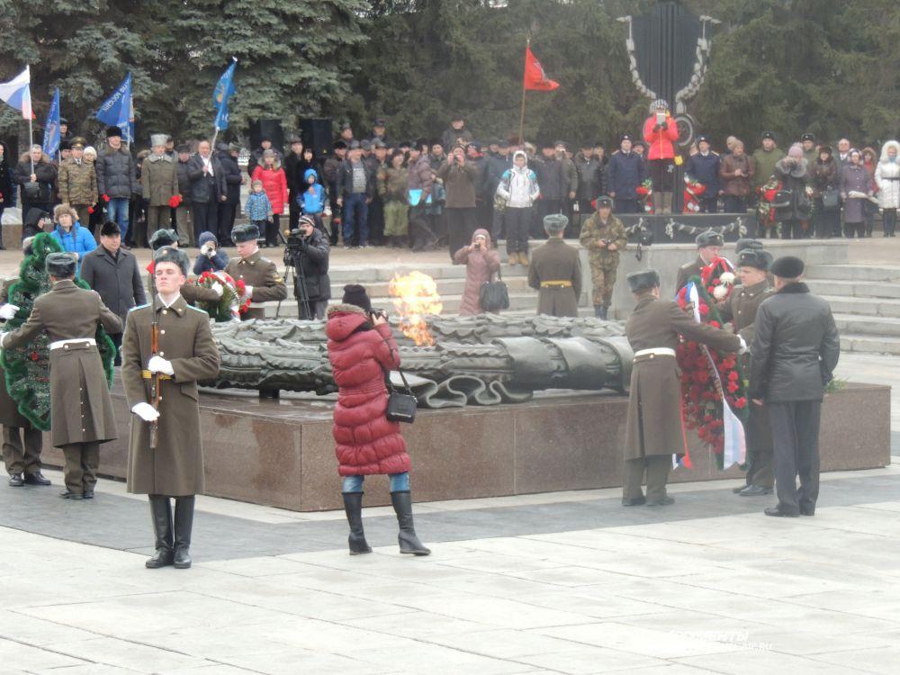 Военные, ветераны, силовики и горожане возложили венки к Вечному огню.