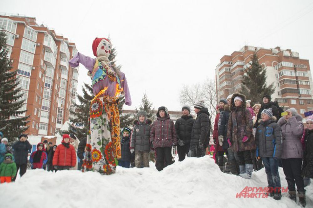 В конце праздника подожгли чучело зимы