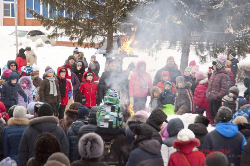 Всё внимание детей приковано к огню