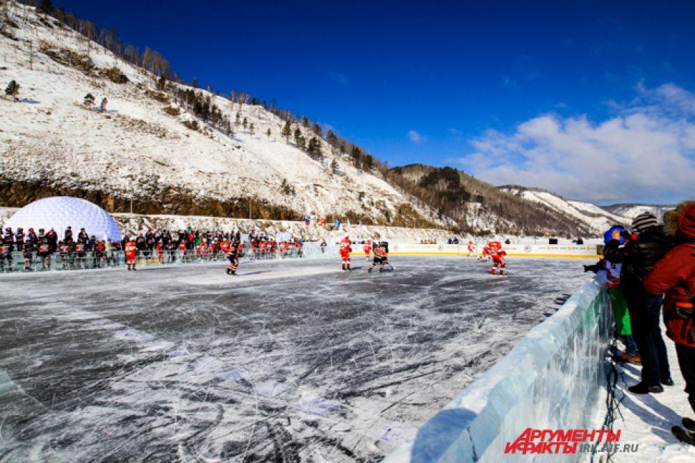 Бортики хоккейного поля построили из кубов байкальского льда.