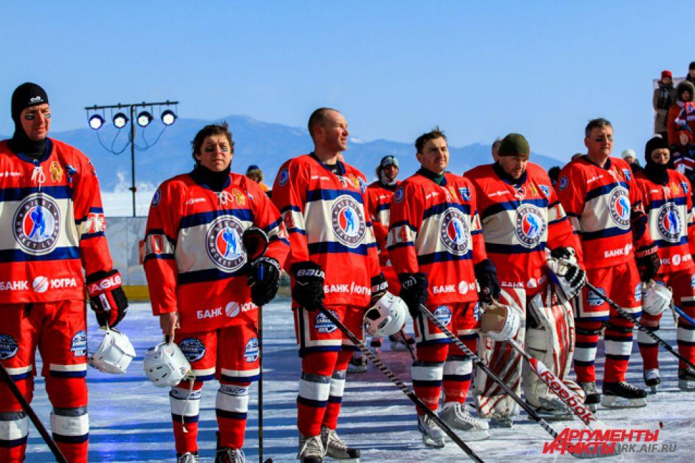 Наши хоккеисты слушали гимн как всегда стоя.