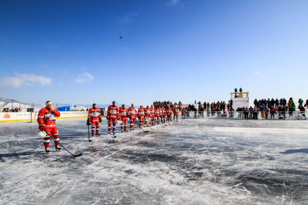 Лед Байкала идеален для хоккея - ровный, а главное совершенно прозрачный.