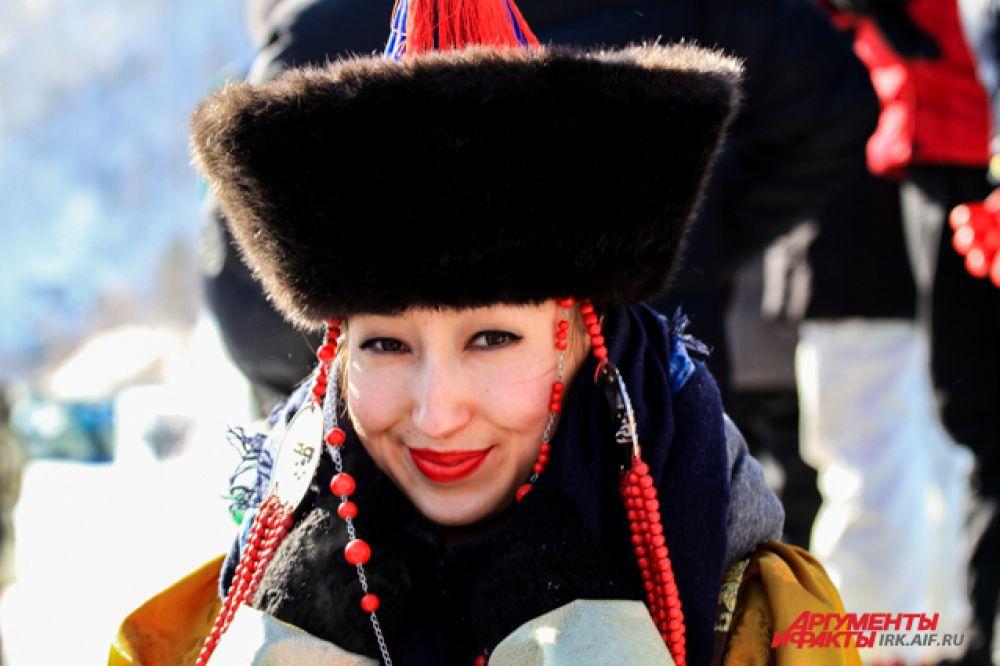 Спортсменов поддерживали красавицы в национальных бурятских костюмах.