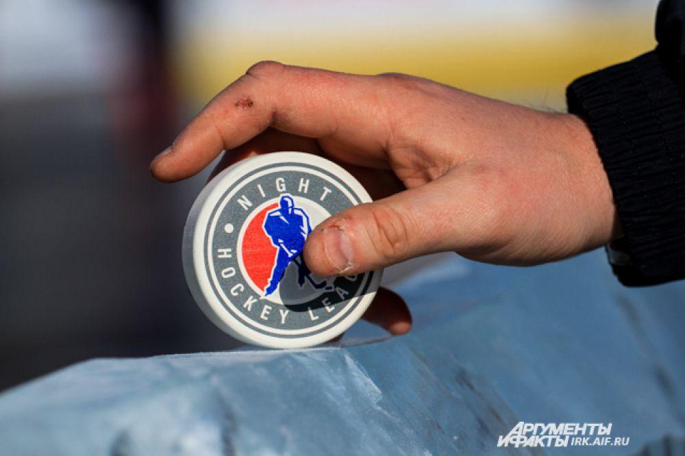 Шайба с эмблемой Ночной хоккейной лиги.