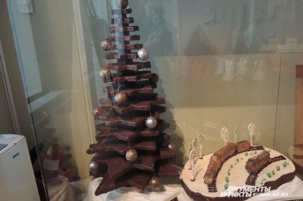 Новогодняя елка весит 35 кг, создавалась 5 дней. Одно из самых сложных изделий на выставке.