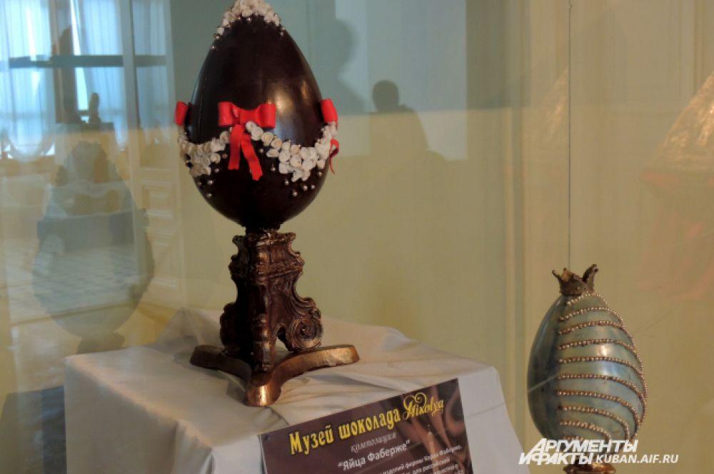 Яйца Фаберже. Основа шоколад, украшения выполнены из марципана и сахарного драже. Внутри полые. Изготавливаются от одного до трех дней.
