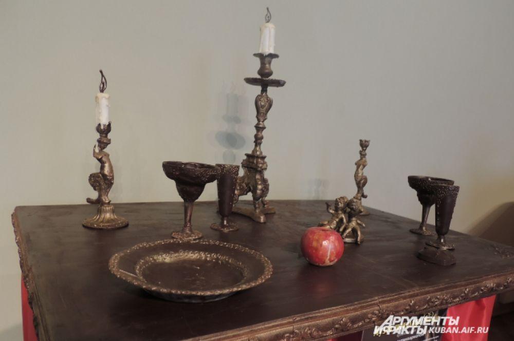 Стол с антиквариатом. Столешница, как и предметы посуды, выполнена полностью из шоколада с нанесением пищевого золочения.