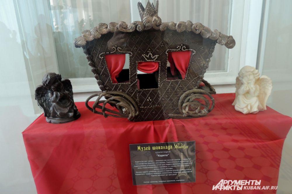 Шоколадная карета. Основа кареты – шоколад, шторки и сиденья выполнены из марципана, покрыта пищевым золочением. Создавалась три дня.