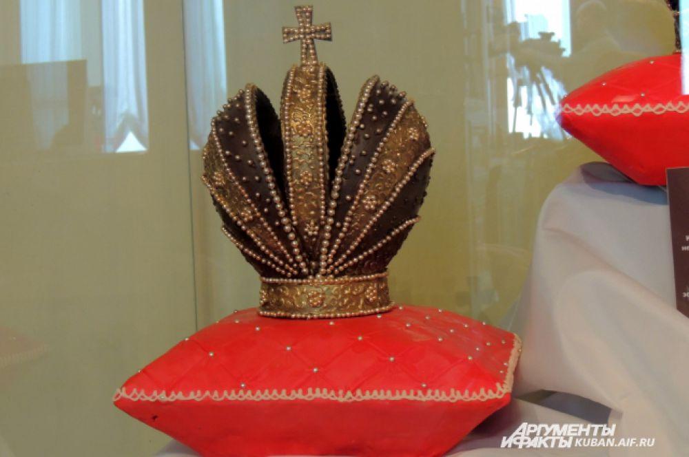 Шоколадная корона Российской империи. Создается от трех до пяти дней. Подушечка, на которой стоит корона, съедобна – это шоколад, обтянутый марципаном.