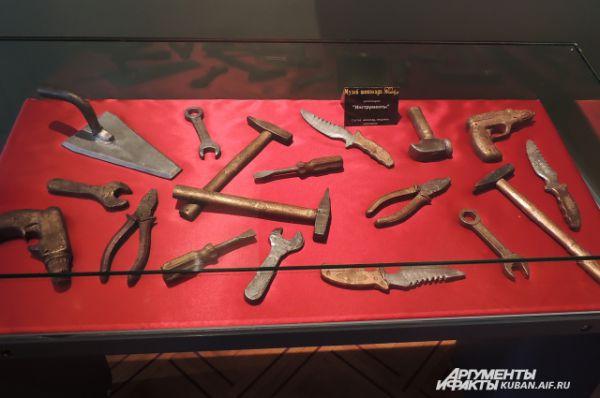 Композиция «Инструменты». Состоит также из шоколада и пищевого золочения.