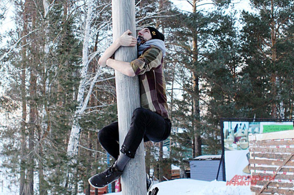 В Академгородке никому не удалось взобраться на столб.