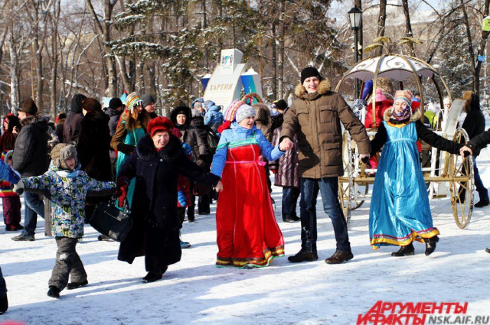 Не обходится празднование без традиционных хороводов...