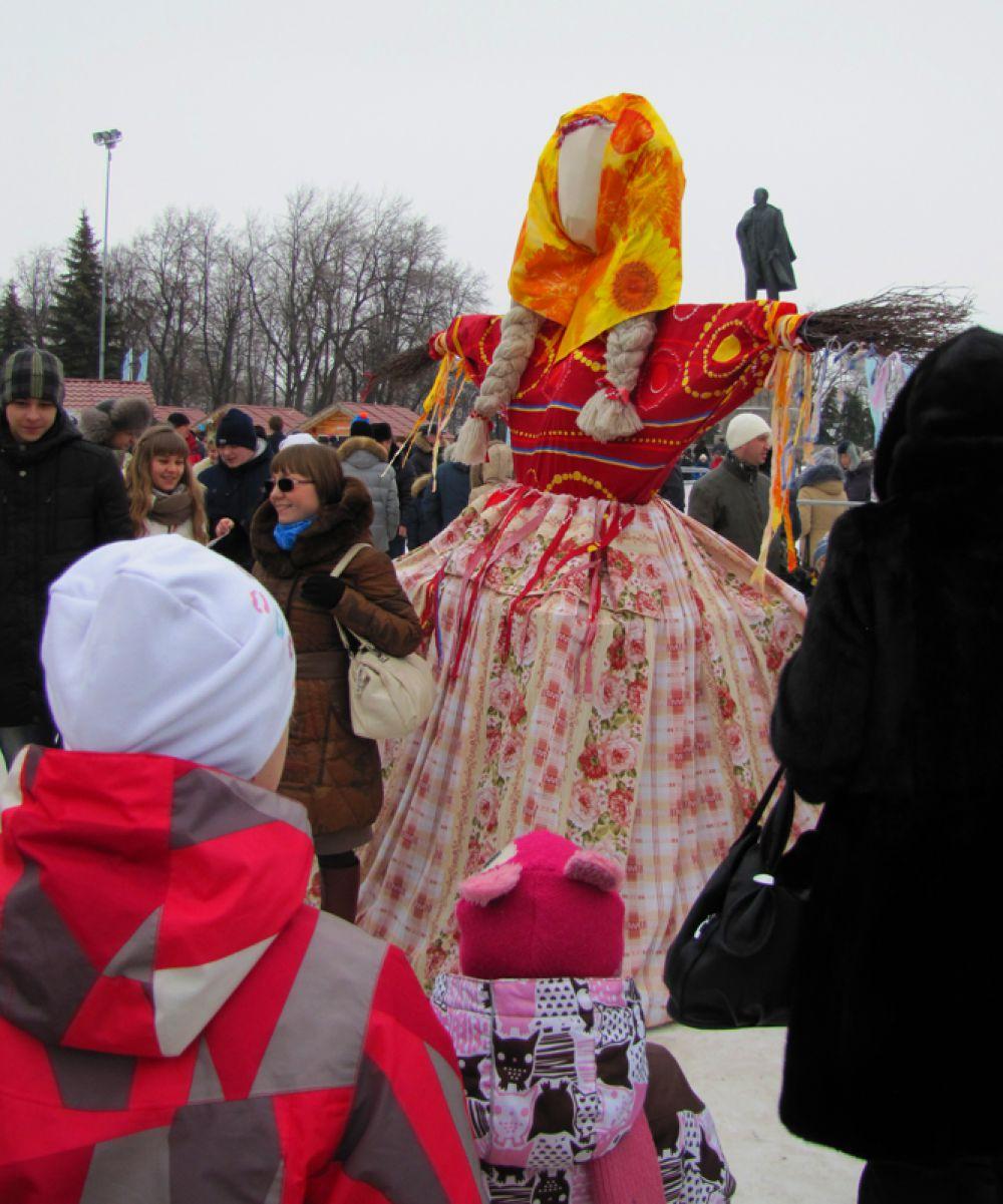 Чучело Масленицы прикрыло собой памятник Ленину
