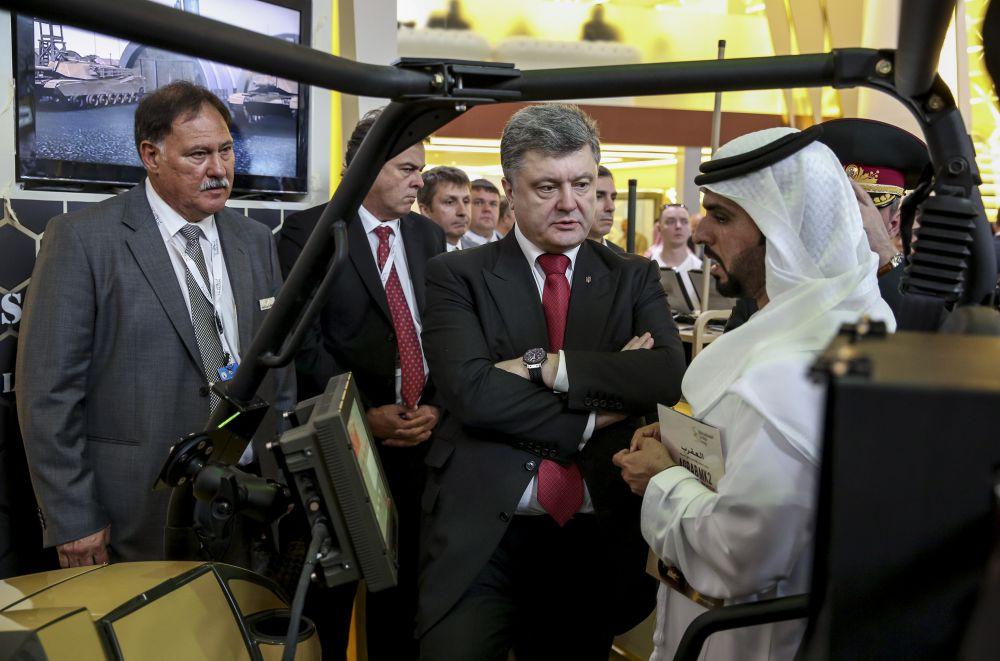 Петр Порошенко посетил выставку современного вооружения в Абу-Даби