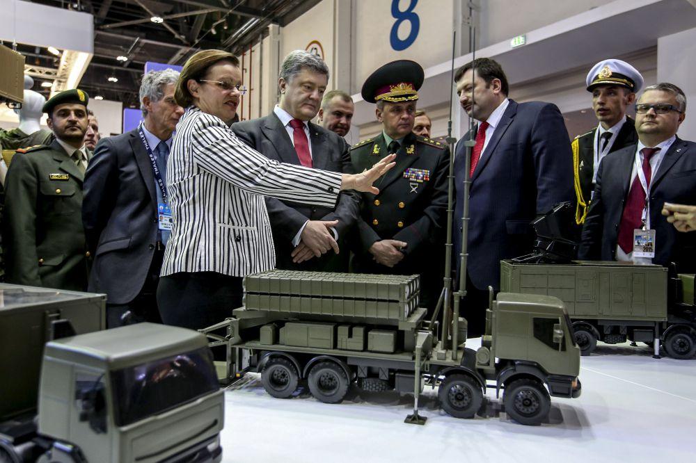 Петр Порошенко посетил выставку современного вооружения в Абу-ДабиПетр Порошенко посетил выставку современного вооружения в Абу-Даби