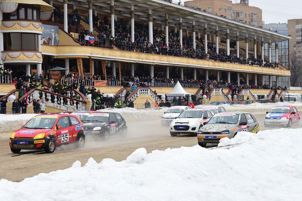 В первой части соревнования было проведено шесть отборочных заездов в трех группах участников – так было определено шестеро лучших для розыгрыша главного приза в финальных гонках.