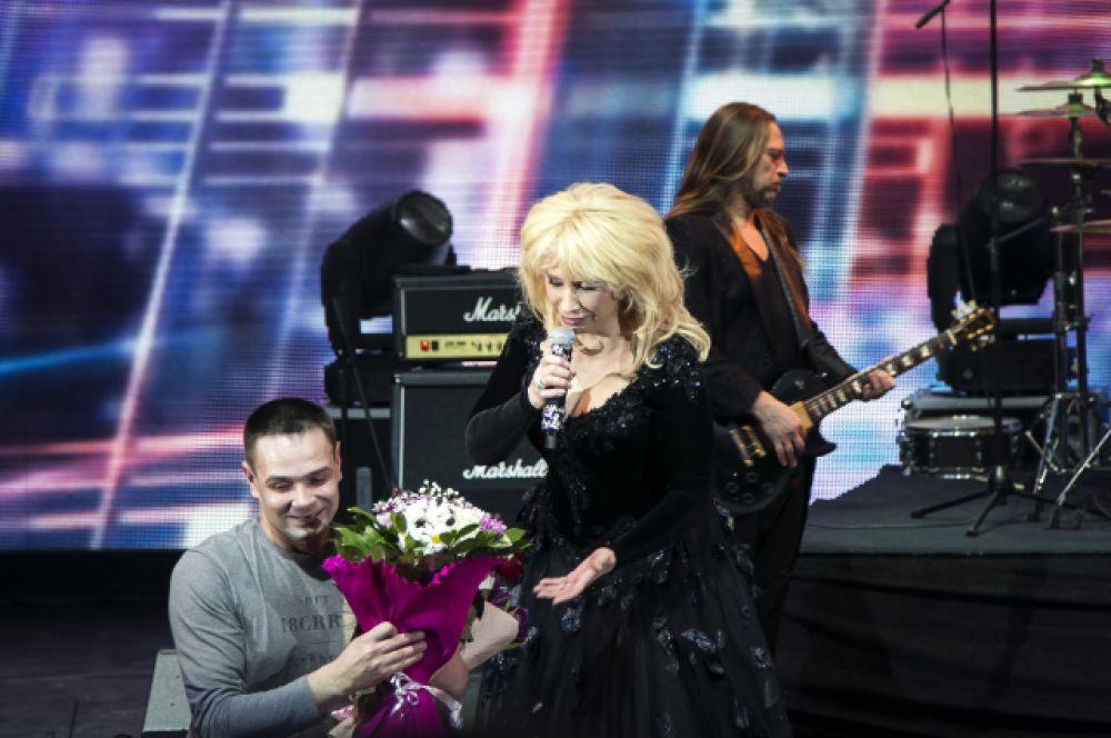 Певицу буквально завалили цветами и подарками.