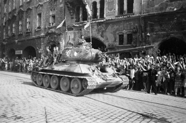 Жители Праги восторженно приветствуют советских танкистов.