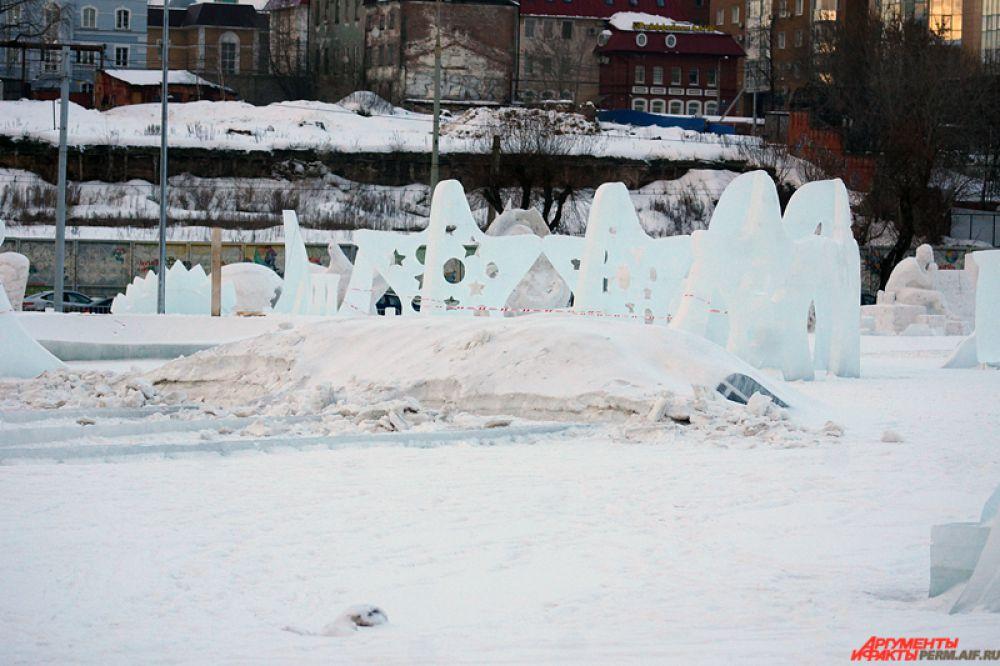 Затем следует разбор строений - деревянных горок и сцены. После этого экскаваторы начнут вывозить снег.