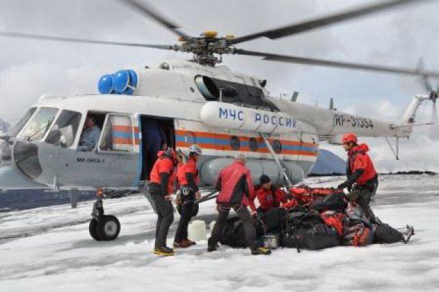 Вертолёт МЧС был загружен для спасательной операции.