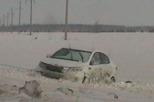 Водитель не справился с управлением и машину вынесло с дороги в кювет.