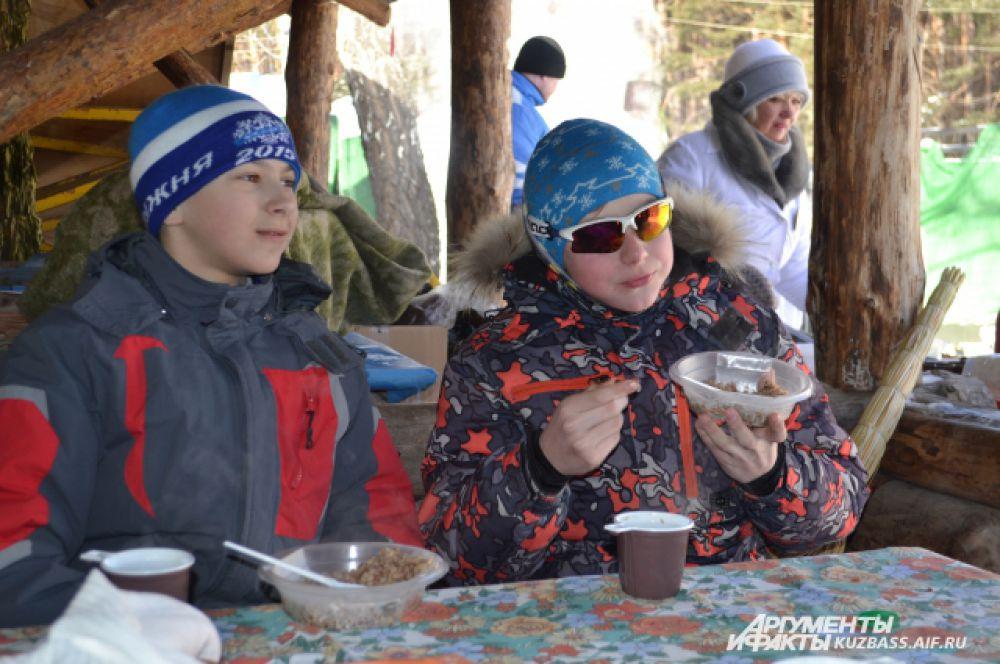 После стартов, отдышавшись и повеселев, дети могли пообедать: чай, «солдатская» гречка с тушёнкой и душистые сухари на свежем воздухе расходились «на ура»!