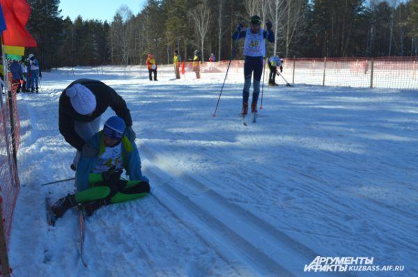 Хорошо, что рядом всегда были взрослые, которые уже издалека кричали: «Не лежи на снегу!» И бежали к своим спортсменам с тёплыми куртками.
