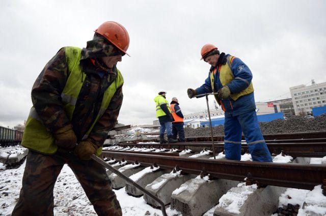 Рабочие ремонтируют пути Малого кольца Московской железной дороги в районе метро Черкизовская.