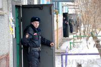 Полицейские оцепили двор.