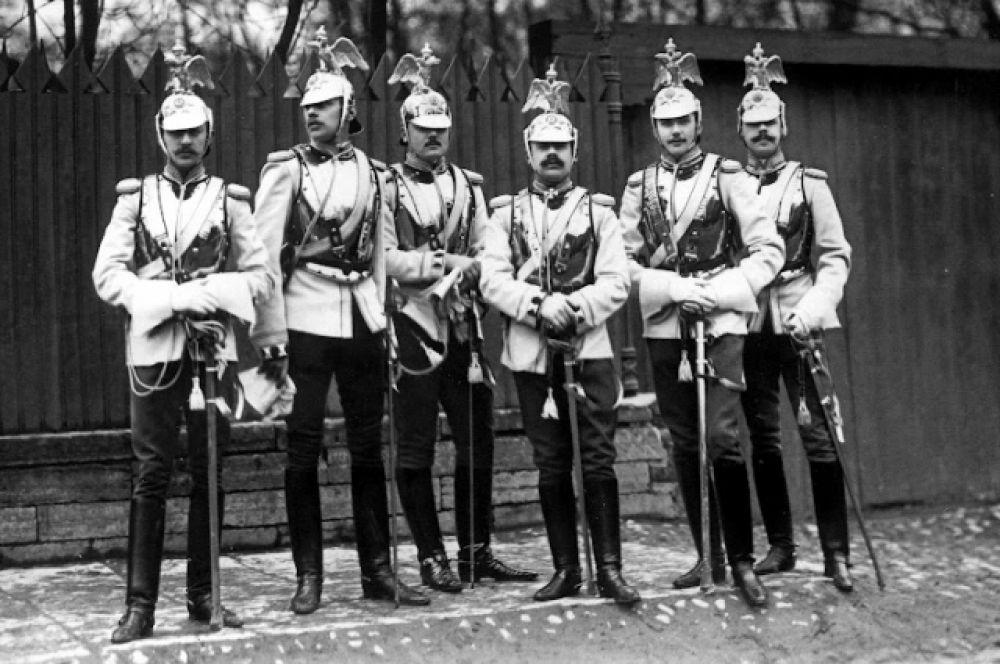 Группа офицеров лейб-гвардии Кавалергардского полка на Садовой улице у Михайловского сада после окончания парада. 1904 год.
