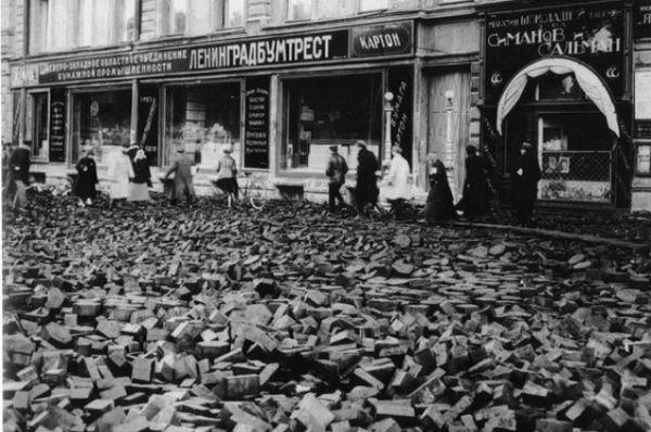 Всплывшая торцовая (деревянные чурбачки) мостовая после наводнения 1924 года.