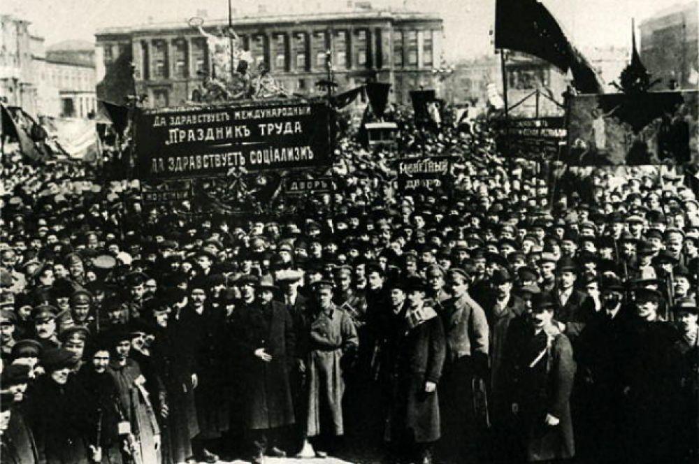 Празднование 1 Мая на Дворцовой площади. 1917 год