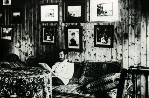 Николай II в своем кабинете в «Охотничьем домике».