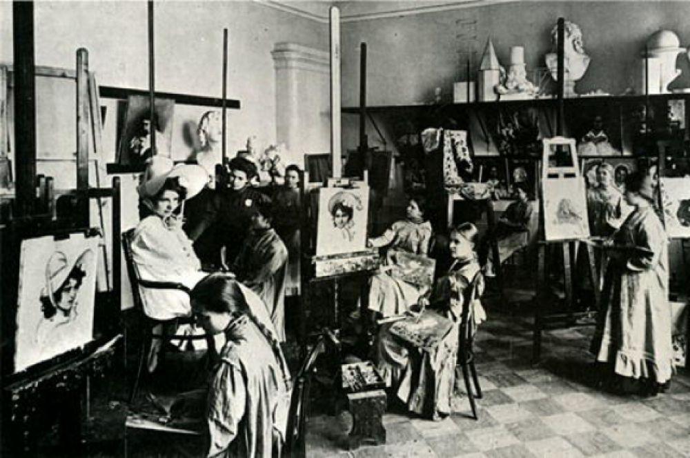Воспитанницы Владимирской женской школы на занятиях. 1909 год.