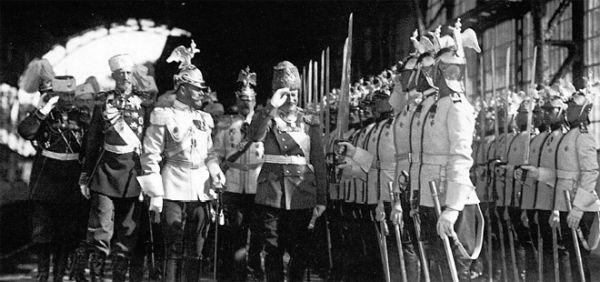 Император Николай II и король Саксонии Фридрих Август III обходят почетный караул на Царскосельском вокзале. 7 июня 1914 года. Фото Карла Буллы