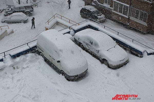 Утром машины пришлось вызволять из-под снега.