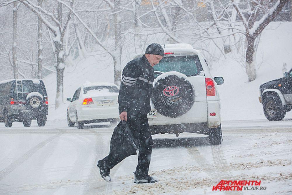 Пешеходы во Владивостоке - люди бесстрашные, потому и гибнут часто.