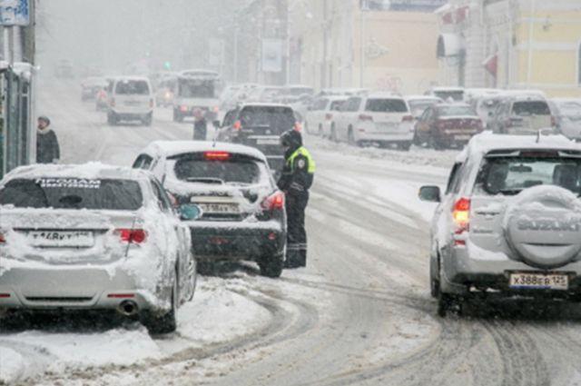 Снегопад добавил инспекторам ГАИ много работы.