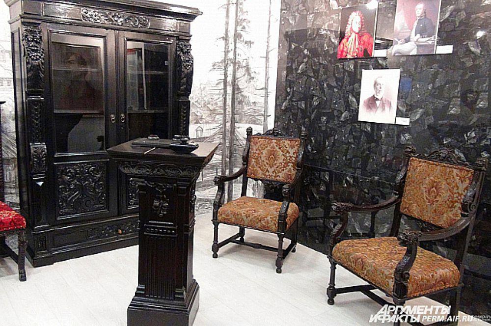 Рисунки на стенах внутри музея как будто нарисованы углем. А мебель из кабинета управляющего шахтами - чернее черного. И шкаф, и стулья сохранились прекрасно.