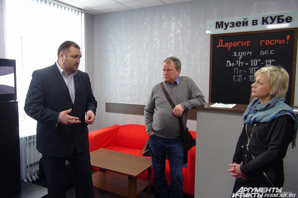 Глава Губахинского городского округа Александр Борисов (слева) начинает экскурсию для членов краевой общественной палаты. Перед знакомством с экспозицией гостям показывают короткий фильм в небольшом кинозале, оборудованном по последнему слову киноискусства.