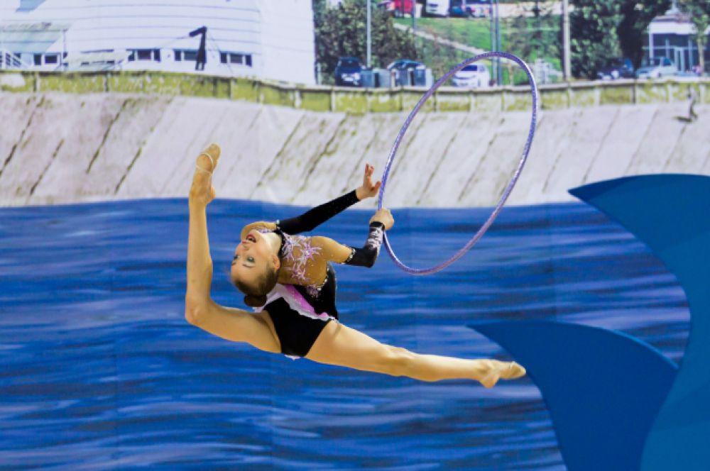 В соревнованиях примают участие сильнейшие гимнастки России в возрасте до 15 лет из 11 федеральных округов России.