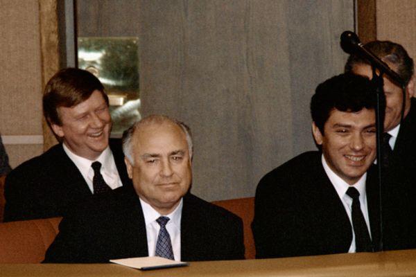 В период избирательной кампании 1990 года Немцов участвовал в создании объединения «Кандидаты за демократию», выиграл выборы и стал народным депутатом РСФСР по Горьковскому национально-территориальному округу . Он был членом депутатских групп «Смена», «Беспартийные депутаты», «Российский Союз».