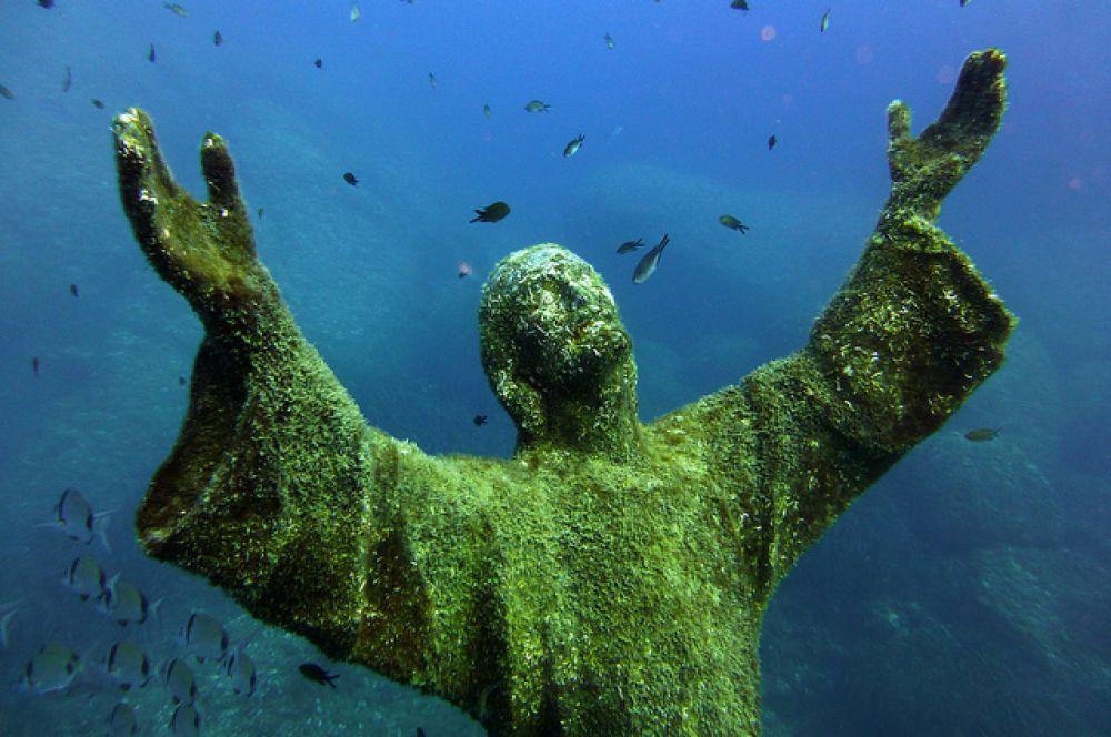 Статуя «Христос из бездны» (центр подводного плавания DWS Diving), Лигурия, Италия.