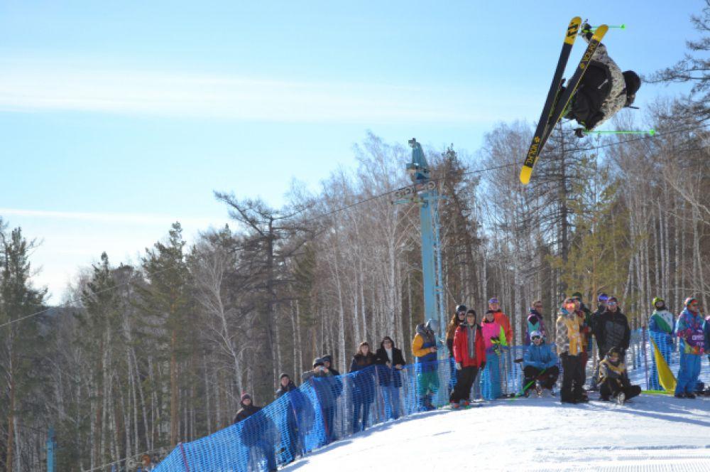 Большинство посетителей горнолыжки оставили свои лыжи ради выступления профессионалов.