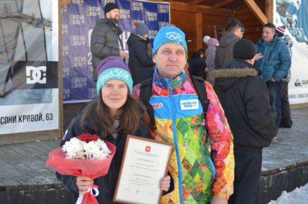 Единственная девушка в сборной России по хаф-пайпу Елизавета Чеснокова из Трехгорного со своим фанатом.